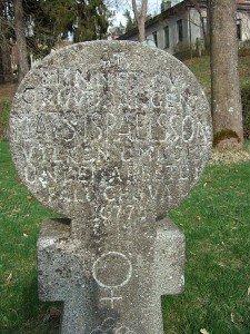 "Die Inschrift lautet: ""Åt minne av gruvdrängen Mats Israelsson vilken omkom under arbete i Falu gruva 1677"" - ""In Erinnerung an den Grubenarbeiter Mats Israelsson, der während der Arbeit in der Grube 1677 starb""."