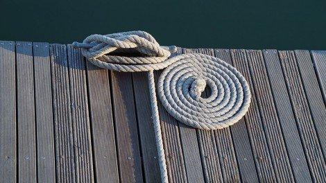 zusammengerolltes Tau am Bootssteg