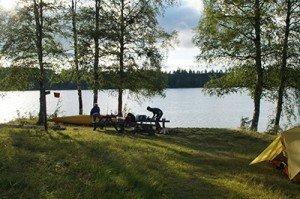 Rast bei einem Kanu-Tripauf einem Zeltplatz bei Kloten, Schweden