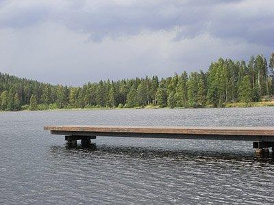 Steg an einem See in Schweden