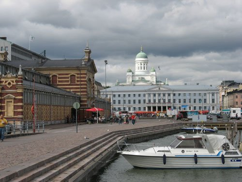 Markthalle und Dom in Helsinki