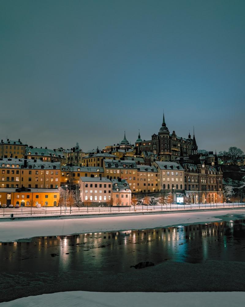 Winterliche Spiegelungen in Stockholm befintligt_ljus
