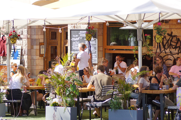 Volles Café in Stockholm auch während Corona.