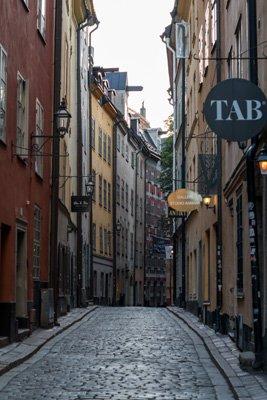 Corona hält die Touristen aus Stockholm fern. Leere Gasse.