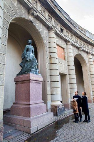 Victoria mit Daniel und Estelle vor der Statur von Kristina Gyllenstierna