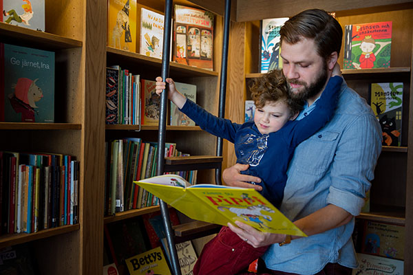 Vater liest Pippi Langstrumpf vor.
