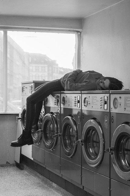 Frau in der Waschküche